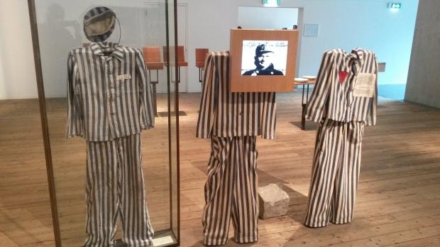 De gevangenen werden bij aankomst kaalgeschoren en moesten allemaal dit gestreepte pak aan.