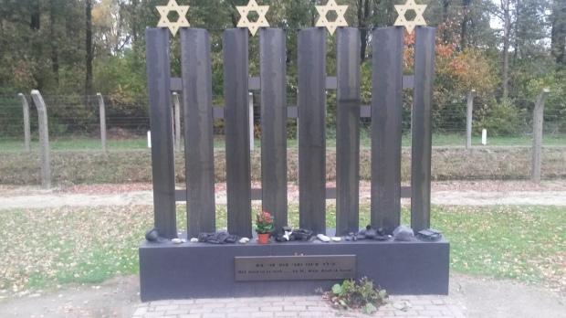 In juni 1943  werden alle kinderen die in het kamp zitten op transport gezet. Er werd gezegd dat ze naar een speciaal kinderkamp zouden gaan. Dit was niet waar, de kinderen werden doorgestuurd naar vernietigingskamp Sobibor, waar ze gedood werden. Dit monument is speciaal voor de 1269 kinderen die toen zijn omgekomen.