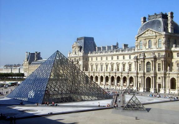 Het Louvre in Parijs. In de tijd van Lodewijk XIV stond de glazen piramide er nog niet, die staat er pas vanaf 1989 en werd ontworpen door Ieoh Ming Pei.