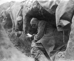 Soldaten in de  loopgraven tijdens de Eerste Wereldoorlog schrijven brieven naar huis, 1914.