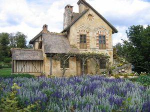 De boerderij van Marie Antoinette in le hameau de la Reine, het mini boerendorpje wat ze heeft laten bouwen bij Versailles. Bron foto: wikimedia