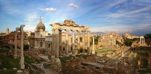 Op deze foto zie je het Forum Romanum. Het centrale plein in de stad Rome met belangrijke gebouwen.  Bron foto: Wikimedia