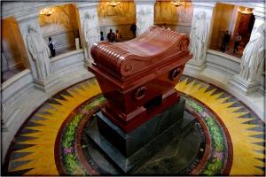 Het graf van Napoleon in Hotel des Invalides in Parijs. Je kunt het nog steeds bezoeken. Kijk goed naar de plaats van het graf. Als je onderin de koepel het graf bezoekt 'kijk je tegen Napoleon op'. Als je vanaf de bovenkant het graf bezoekt moet je juist weer knielen om het graf goed te kunnen zien.