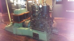 Deze aggregaat wordt gebruikt om stroom op te wekken. Afkomstig van een schip en werd aangedreven door een stoommachine. Foto gemaakt in het Marinemuseum in Den Helder, M. Zijm