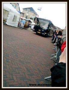Koning Willem Alexander in de koninklijke bus op weg naar Kaap Skil, Oudeschild, Texel
