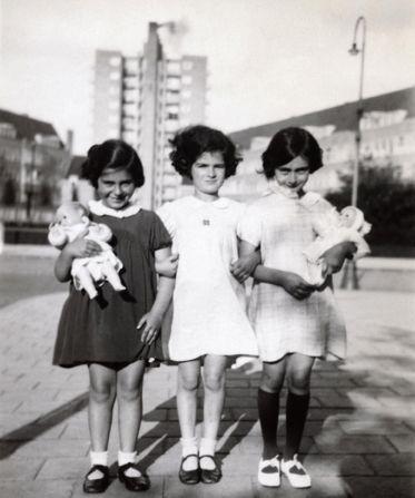 Anne Frank (rechts) Eva Goldberg (links) en  Sanne Ledermann (midden) op het Merwedeplein in 1936,  (Foto: AFF Basel /AFS Amsterdam) Bron: http://geheugenvanpladzuid.nl