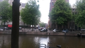 Vanuit het gebouw van Amnesty International kijk je uit op de wachtrij voor het Anne Frank huis. Zelfs om kwart over 9 's ochtends stond er al een flinke rij.