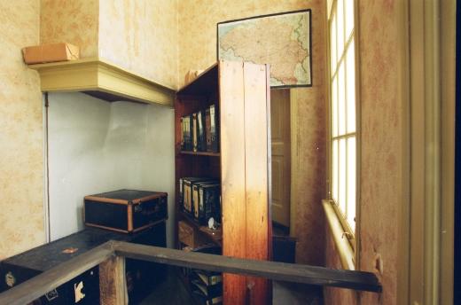 Achter deze boekenkast bevond zich het achterhuis, de onderduikplaats van Anne Frank. Bron foto: www.annefrank.org