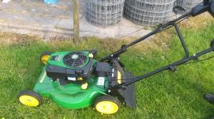 's Avonds moest er nog gras gemaaid worden. Mijn vader heeft sinds kort een nieuwe John Deere grasmachine.
