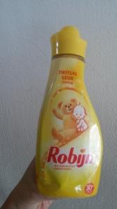 Nieuw! Zwitsal wasverzachter van Robijn, ruikt zo lekker!   Wel jammer dat zo'n fles 4 euro kost, ik ben een groot gebruiker van wasverzachter en dan is het wel op den duur wel prijzig.